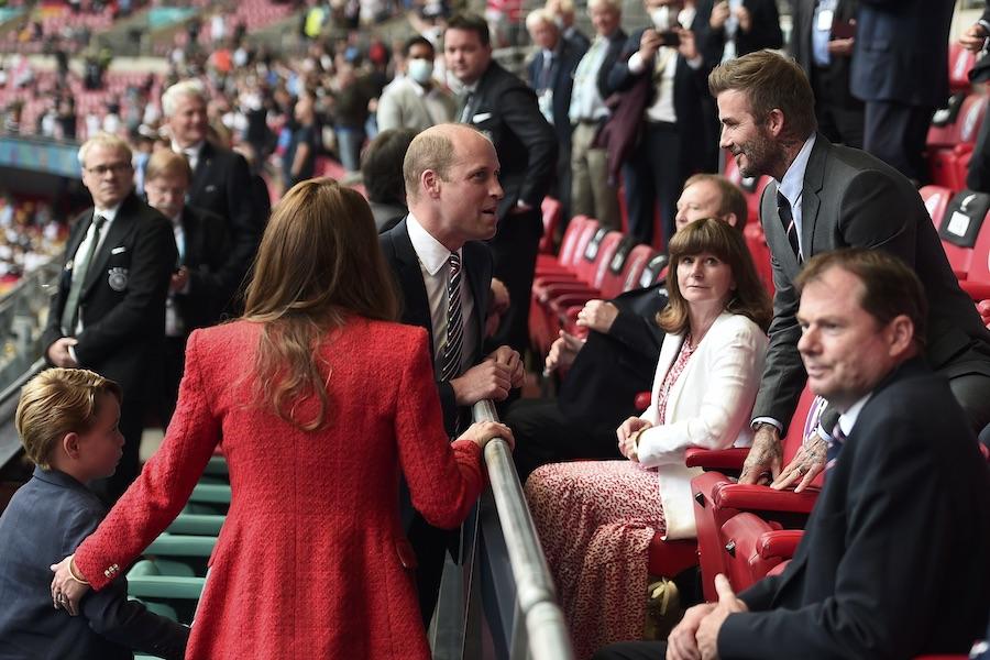 2021年6月29日、「UEFAユーロ2020(欧州選手権)」の会場で。手前に立つ赤い服の女性はキャサリン妃【写真:Getty Images】