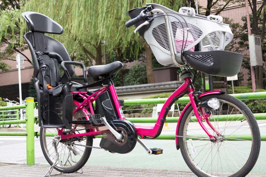 チャイルドシートをつけた電動アシスト自転車【写真:photolibrary】