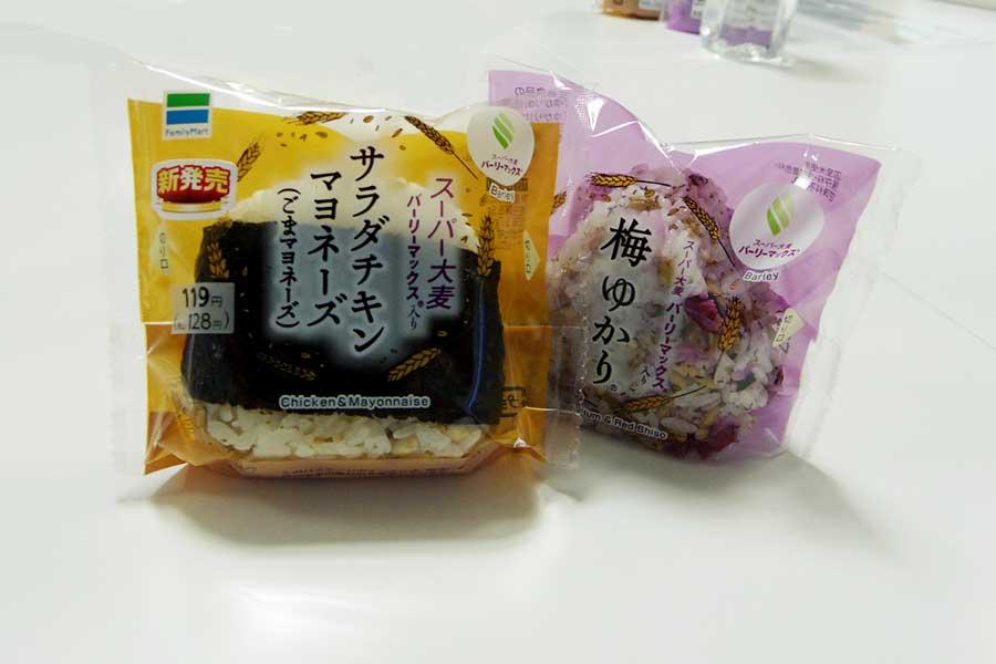 0.5秒に1個売れているファミリーマートの「スーパー大麦おむすび」【写真:Hint-Pot編集部】