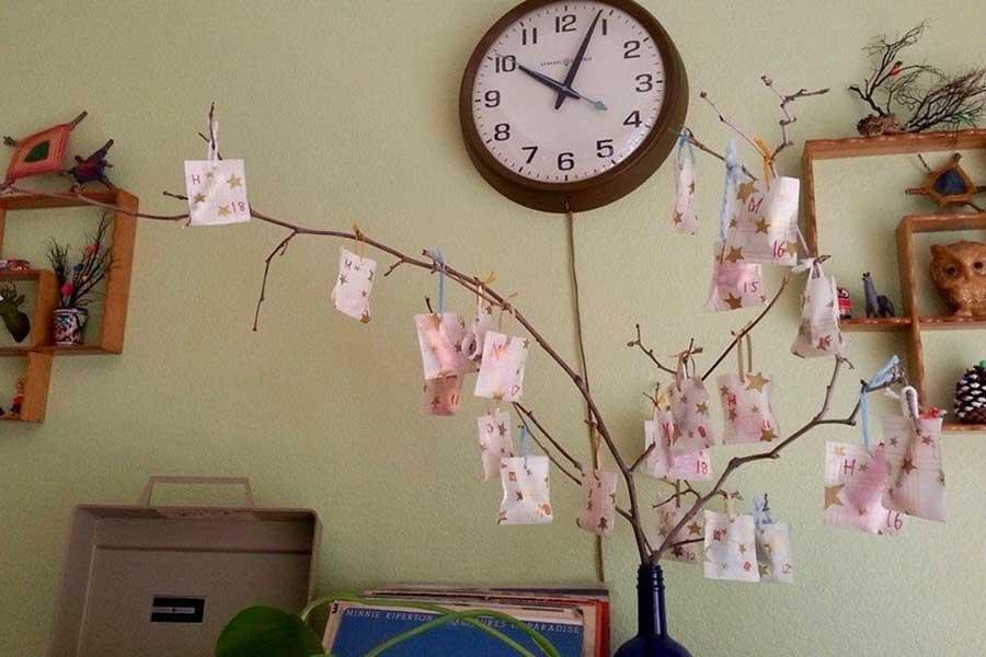 子供と作ったアドベントカレンダー。中には飴やクリスタルが入っており、クリスマスまで1日ずつ開けていきます【写真:小田島勢子】