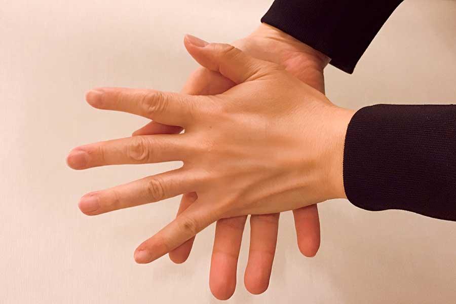 手の甲の皮膚は角質が薄くて切れ目ができやすい【写真:Hint-Pot編集部】