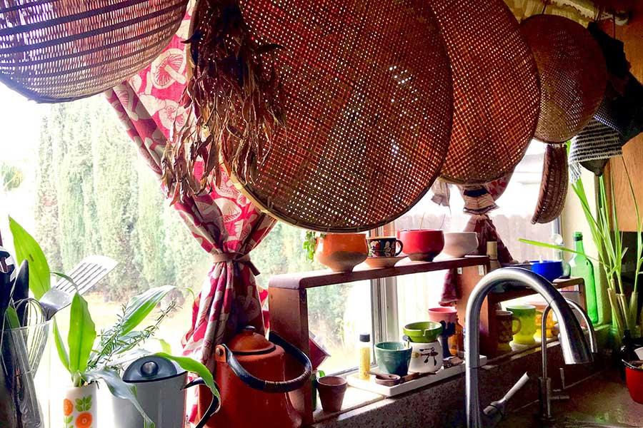 表通りに面する我が家のキッチン【写真:小田島勢子】