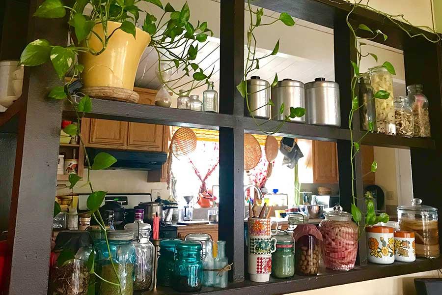 キッチンをリビングからのぞく【写真:小田島勢子】