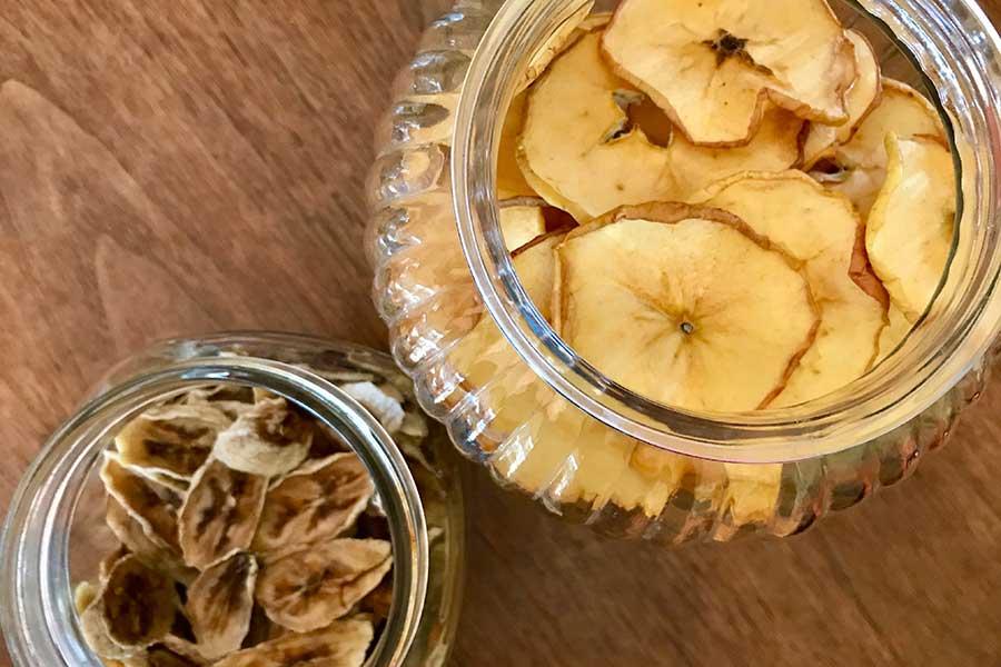 バナナとリンゴの自家製ドライフルーツ【写真:小田島勢子】