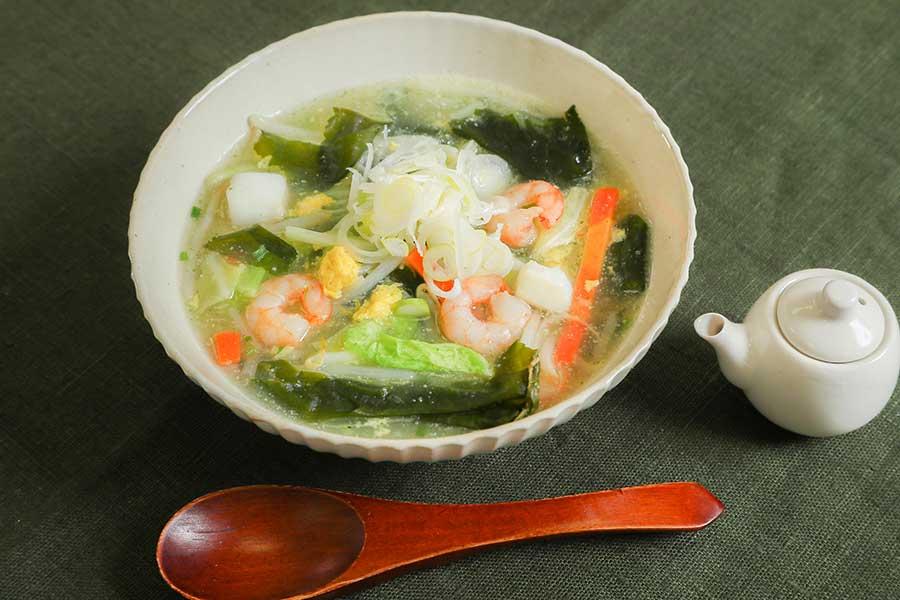 わかめスープの素を使った野菜と魚介のとろみスープ【写真提供:温朝食ラボ】