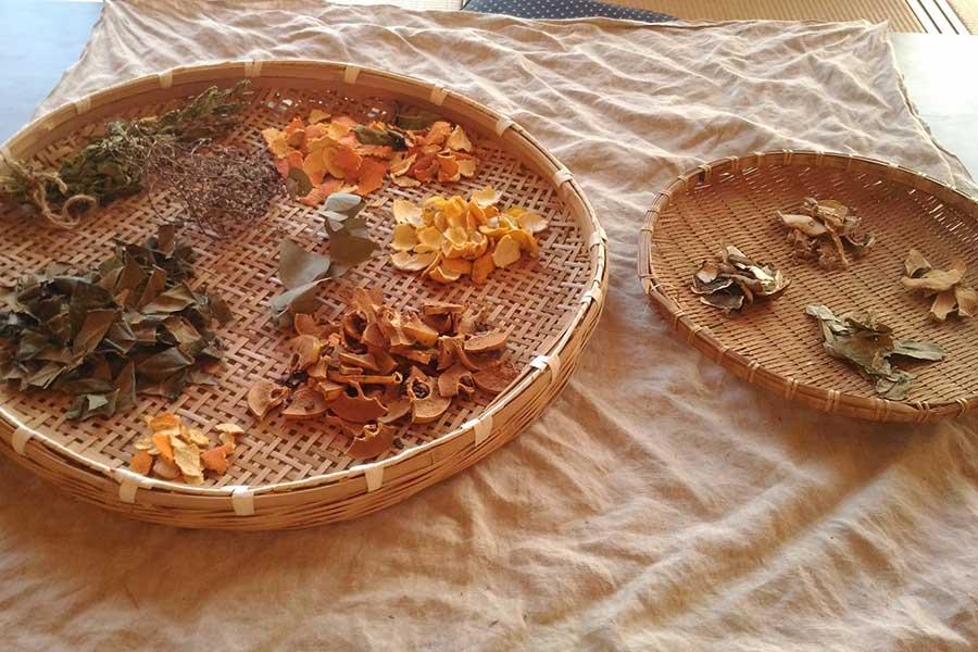 季節の果物や植物の力を存分に活かすハーブ湯【写真:ふくろう堂】