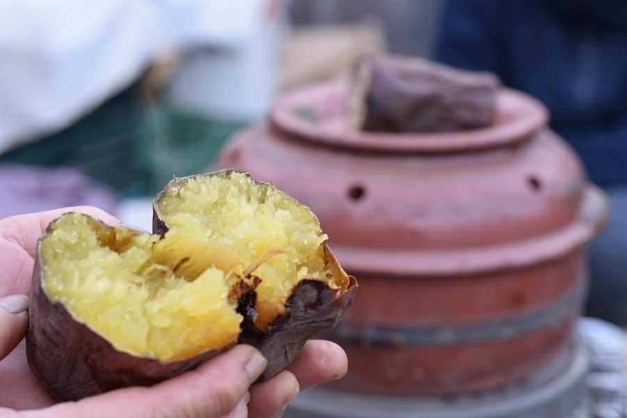 低温でじっくり加熱するシンプルな焼き芋がおいしい【写真:鈴木智哉】