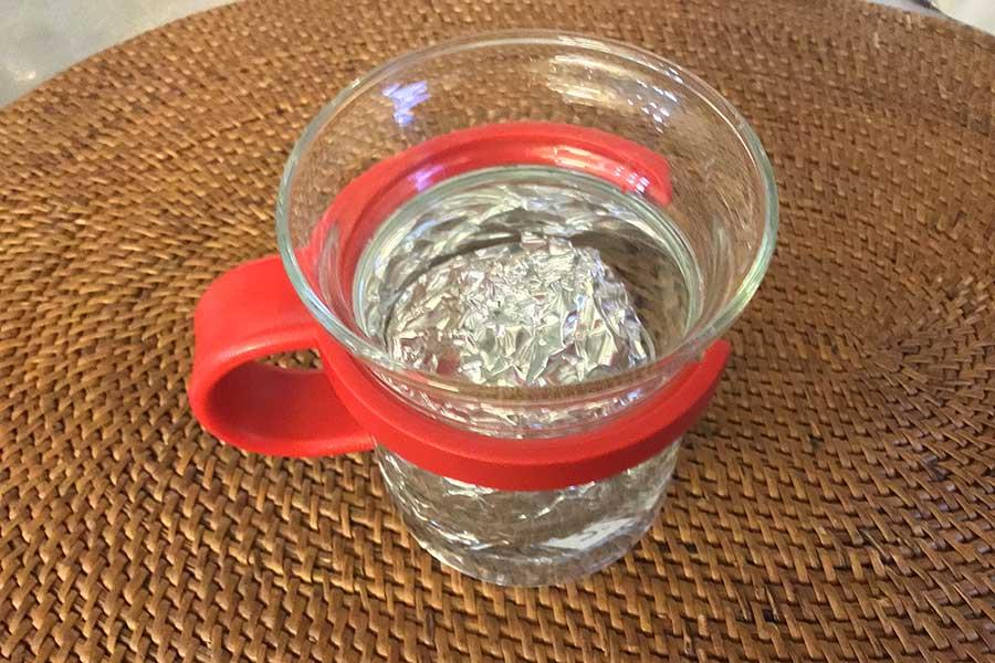 アルミホイルがかぶるくらいの水を入れるのがコツ【写真:Hint-Pot編集部】