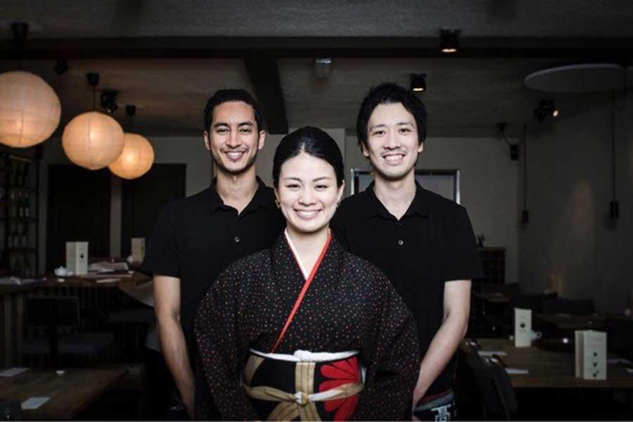 オランダで人気の和食レストラン「高之助KONOSUKE」。真ん中が共同オーナーの今井佳奈子さん【写真提供:今井佳奈子】
