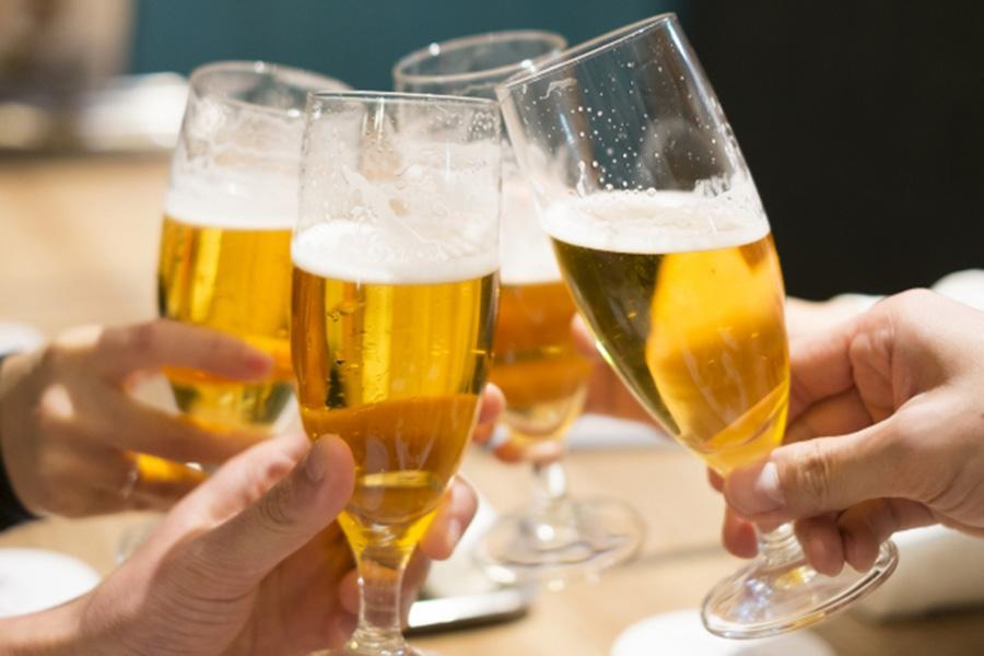 歓送迎会などお酒の席が多い季節 つい飲みすぎていませんか【写真:写真AC】
