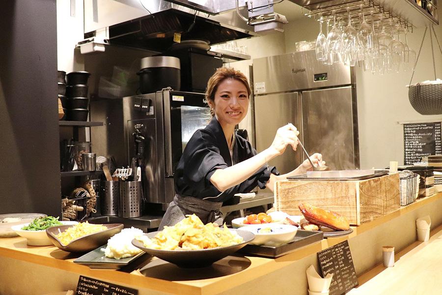 おいしい創作料理の数々を自ら手掛けるオーナーの片岡絵里さん【写真:Hint-Pot編集部】