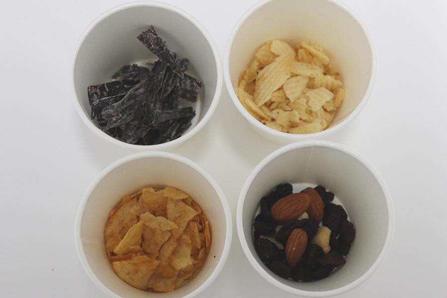 好みの量の菓子をコップに入れる。チップス類は砕くと良い【写真:Hint-Pot編集部】