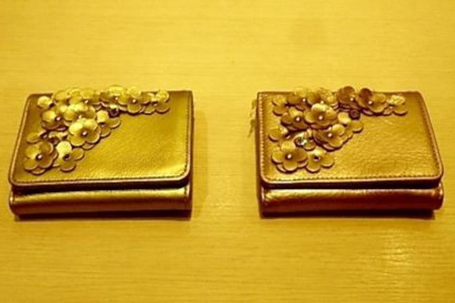 アンテプリマから、小花があしらわれたエレガントなデザイン。人気の2型【写真提供:東武百貨店】