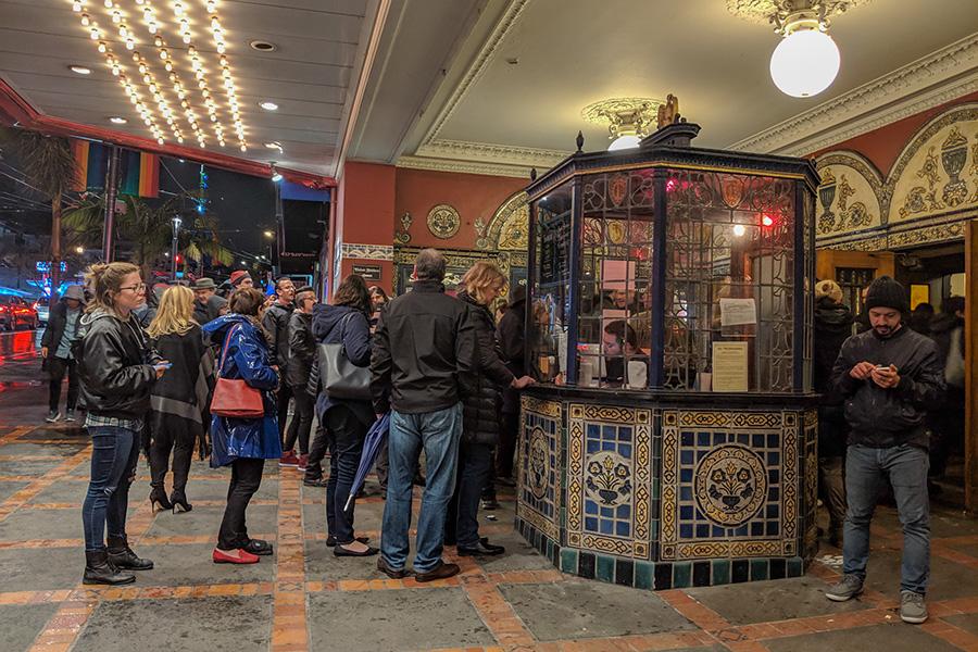 入り口は長蛇の列!オンラインでチケットを購入済みの人たちが並ぶ。中央のブースに並ぶのは当日券を求める人たち【写真:パツワルド敬子】