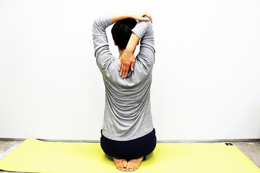 肩と二の腕の外側を意識する【写真:Hint-Pot編集部】