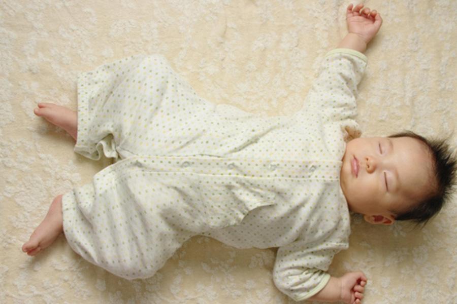 赤ちゃんの足は両膝と股関節がM字の形で外側へ向く状態が好ましい【写真:写真AC】