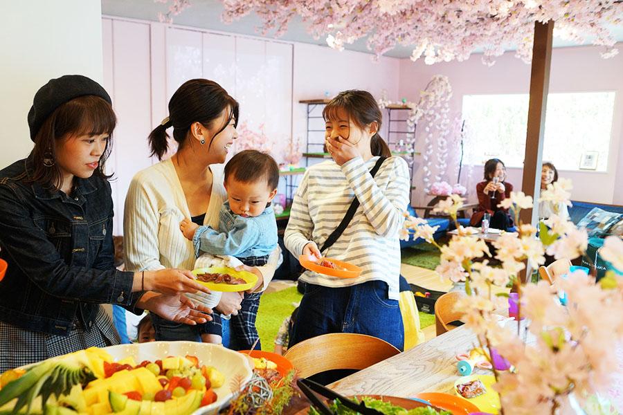桜の装飾がされた室内で、ゆっくりと楽しめる【写真提供:スペースマーケット】