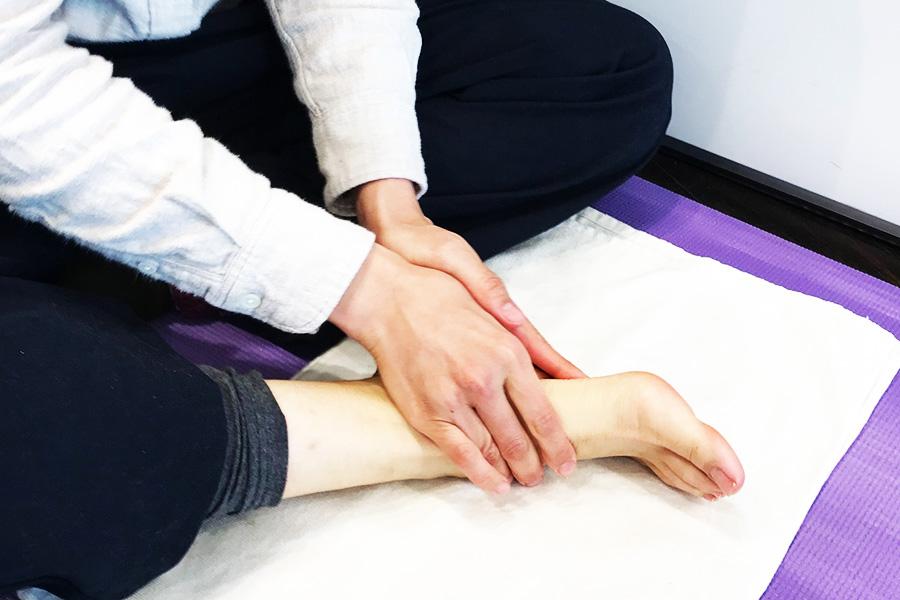 足首、足の裏、指、甲、かかとをまんべんなくマッサージ【写真:Hint-Pot編集部】