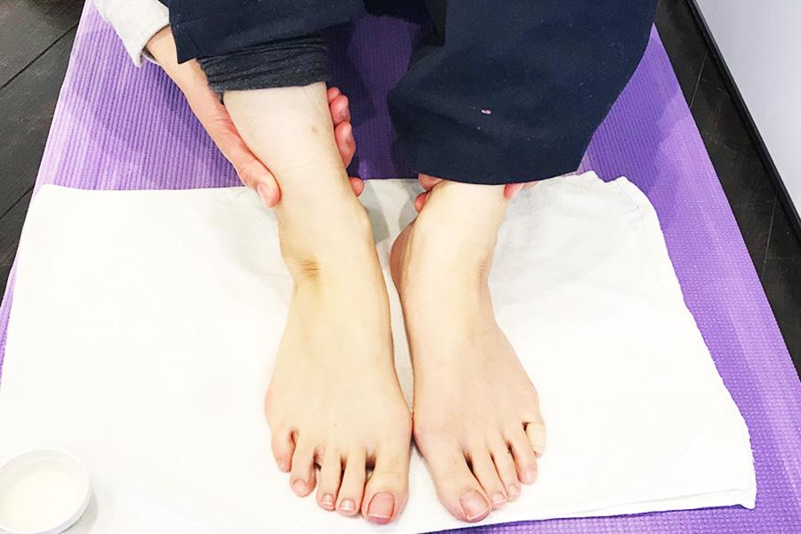 セサミオイルでマッサージした足。ポカポカしてくる。オイルはべたつかず気持ち良い【写真:Hint-Pot編集部】