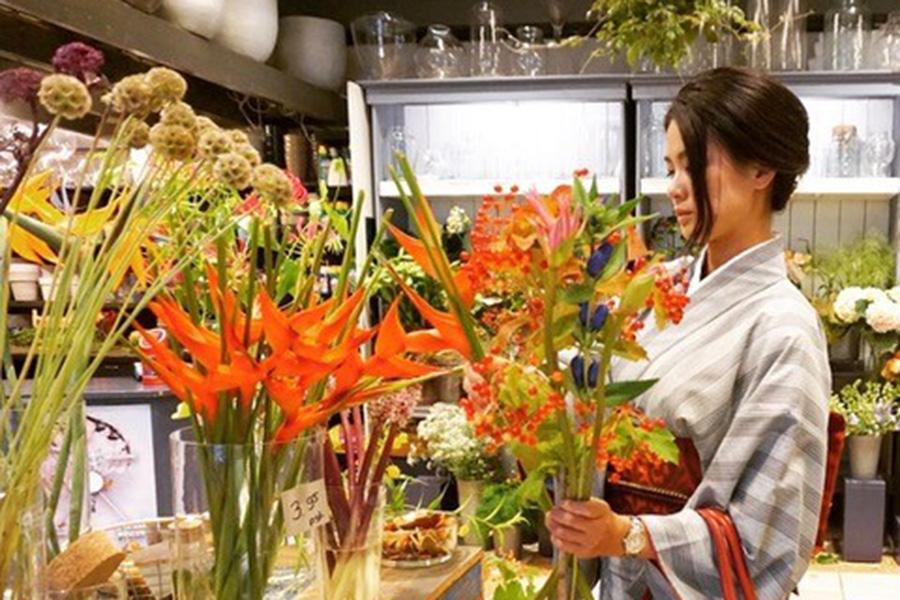 行きつけの花屋で、出勤前に店用のお花を選んでいるところ。店には生け花を欠かさないようにしているとのこと。【写真提供:今井佳奈子】
