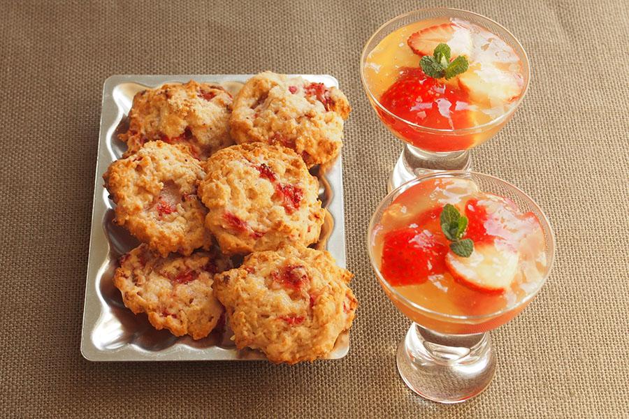 イチゴのジンジャーゼリー」(右)と「イチゴのソフトクッキー」【写真:市川千佐子】