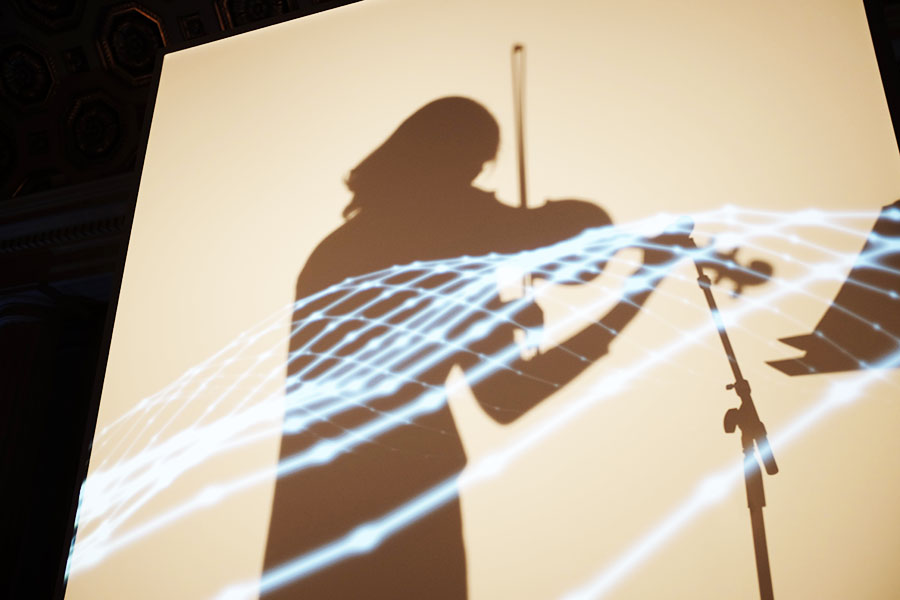 3方向が囲まれたブース内ではアーティストのパフォーマンスが。光と影を堪能できる【写真:パツワルド敬子】