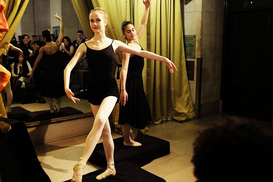 サンフランシスコバレエ団のバレリーナが代わる代わるポーズをとる【写真:パツワルド敬子】