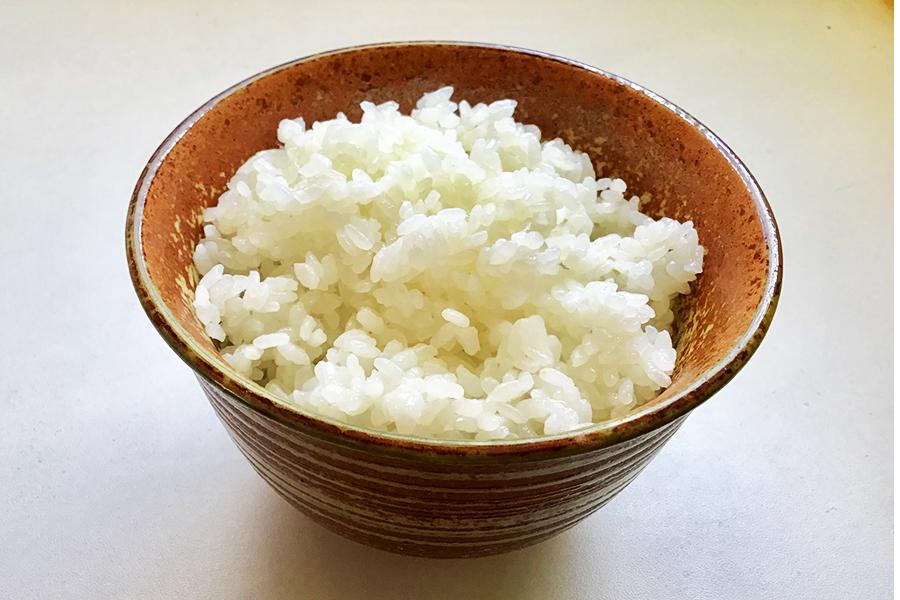 電子レンジで炊いた白米。意外にふっくらできました【写真:Hint-Pot編集部】