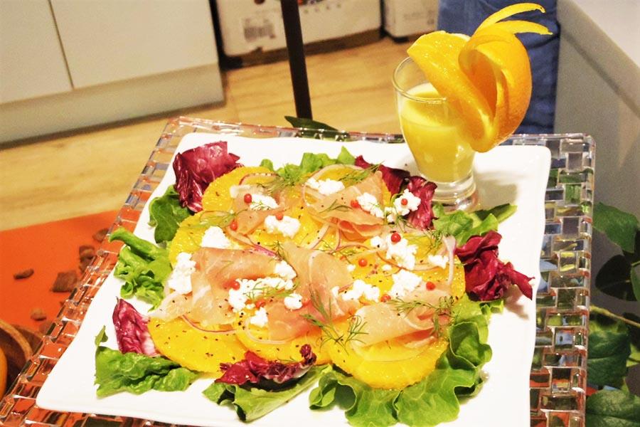 生ハムとオレンジの酸味が合うサラダ 飾り切りもかわいい【写真:Hint-Pot編集部】