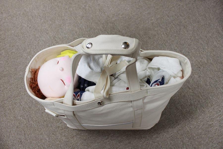 大型のトートバッグがあれば、非常時に新生児と一緒に避難する際に一役買うという【写真:だっことおんぶの研究所】