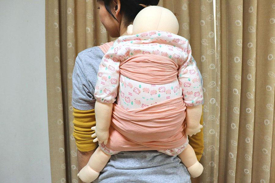 脇の下と膝の裏をしっかりとおさえます。赤ちゃんの顔は背負う側の顔のすぐうしろのあたりに【写真:Hint-Pot編集部】