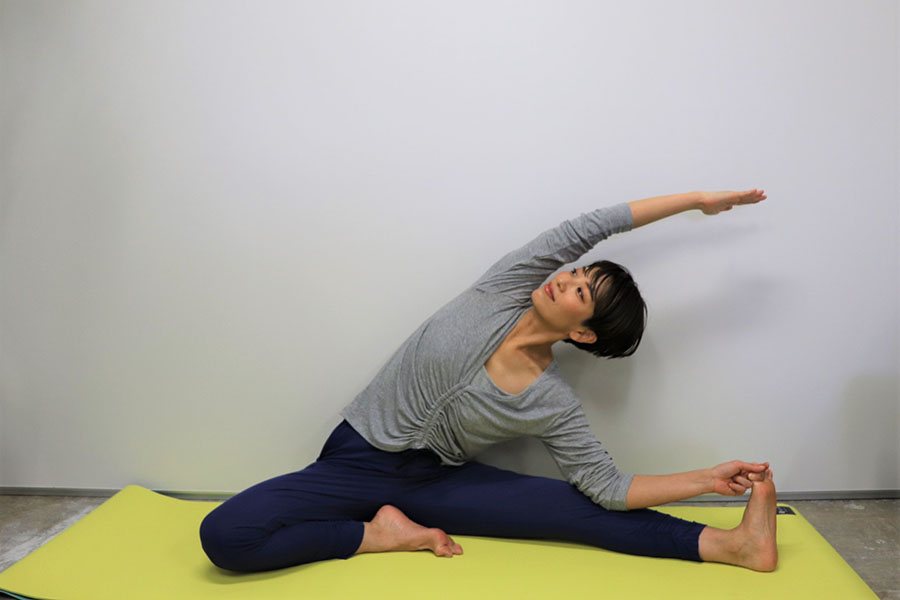 片足を伸ばした側屈のポーズ【写真:Hint-Pot編集部】