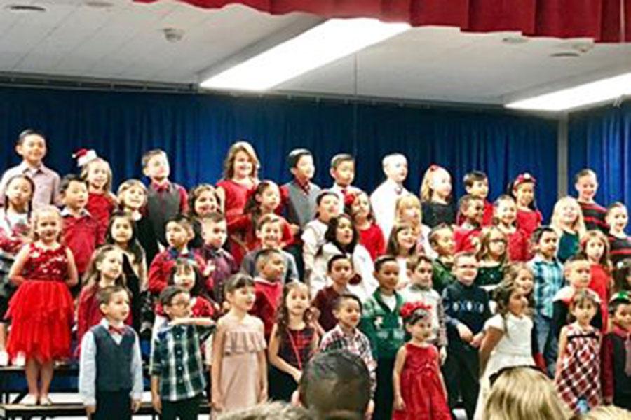 アメリカの小学校のクリスマスコンサートの様子【写真:小田島勢子】