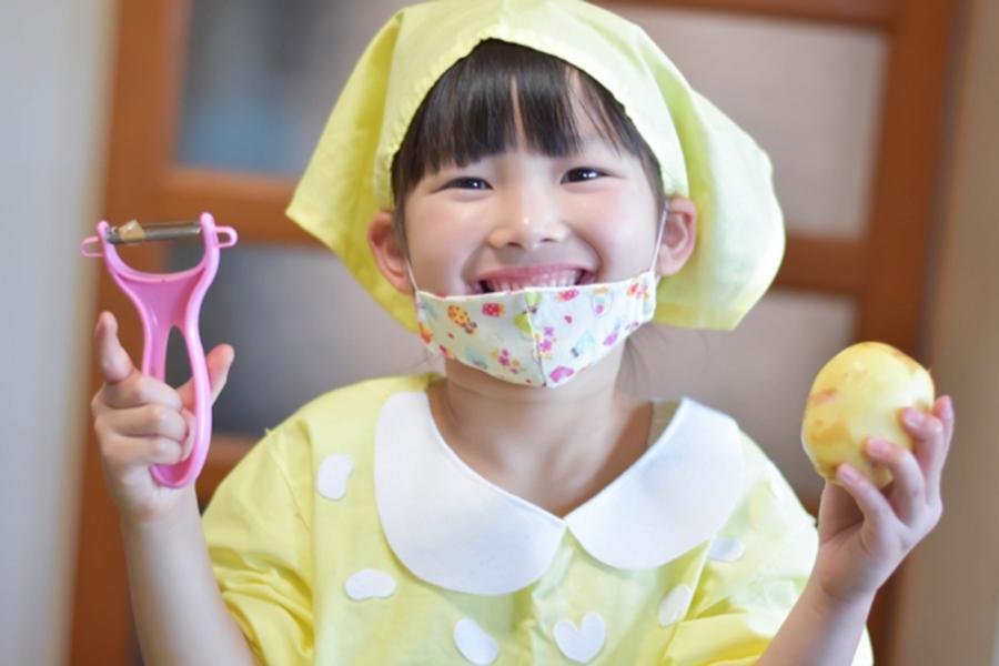 料理を手伝う子ども(写真はイメージです)【写真:写真AC】