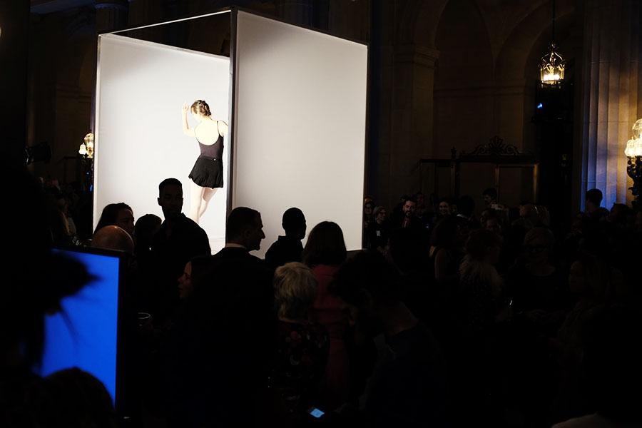 観客はブース横を自由に歩けるので、360°から様子を楽しめる【写真:パツワルド敬子】