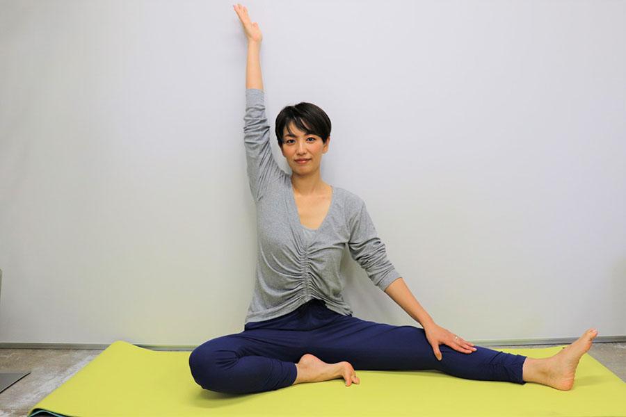 開脚の姿勢から片足を曲げる【写真:Hint-Pot編集部】