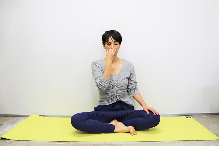 あぐらで行う片鼻呼吸法【写真:Hint-Pot編集部】