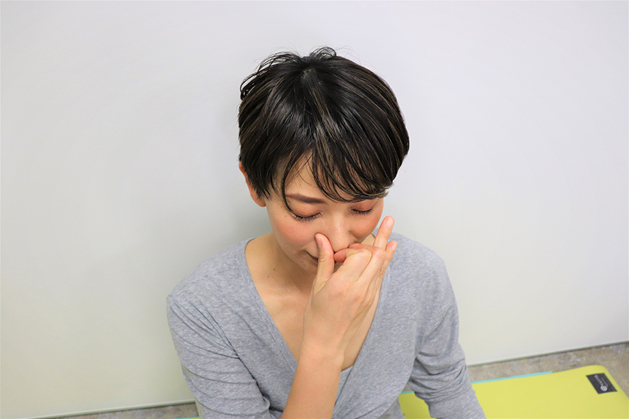 親指で右の鼻を押さえ、左の鼻から息を吸う【写真:Hint-Pot編集部】