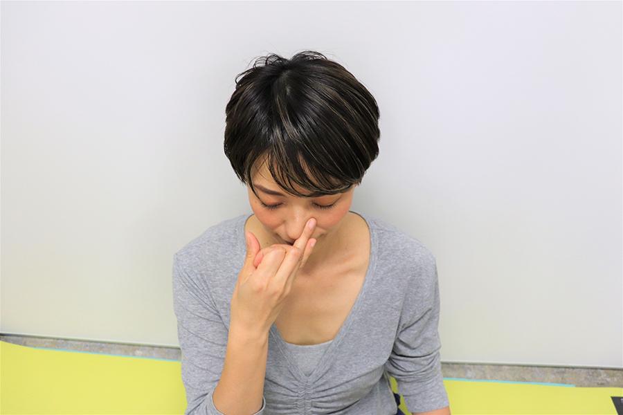 薬指で左の鼻を押さえながら、右の鼻で息を吐く【写真:Hint-Pot編集部】