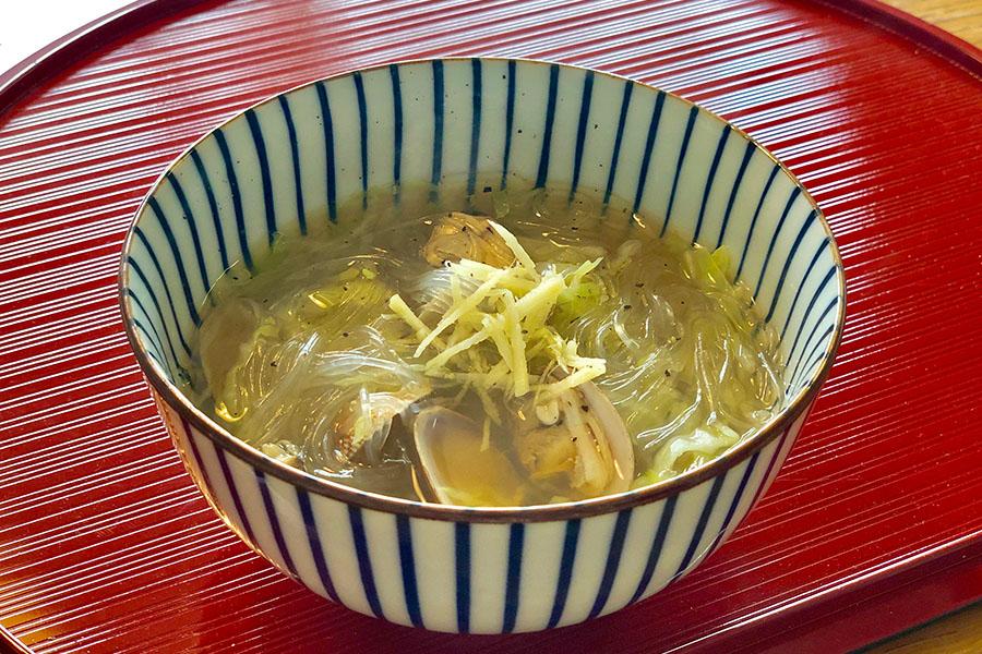 あさりを殻ごと煮込むのがコツの薬膳スープ【写真:村上華子】