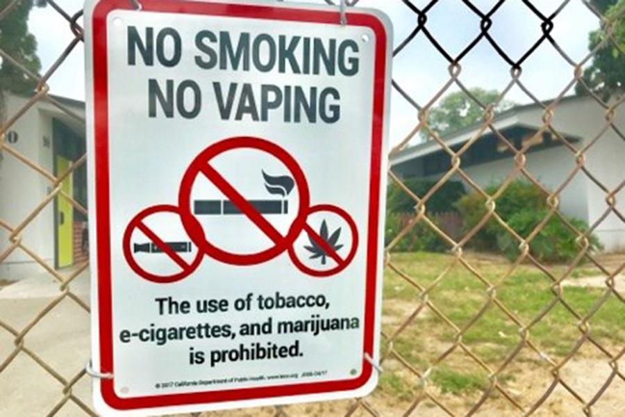 たばこに加えて、マリファナ禁止の掲示が。校庭内の決まりがアメリカらしい一枚【写真:小田島勢子】