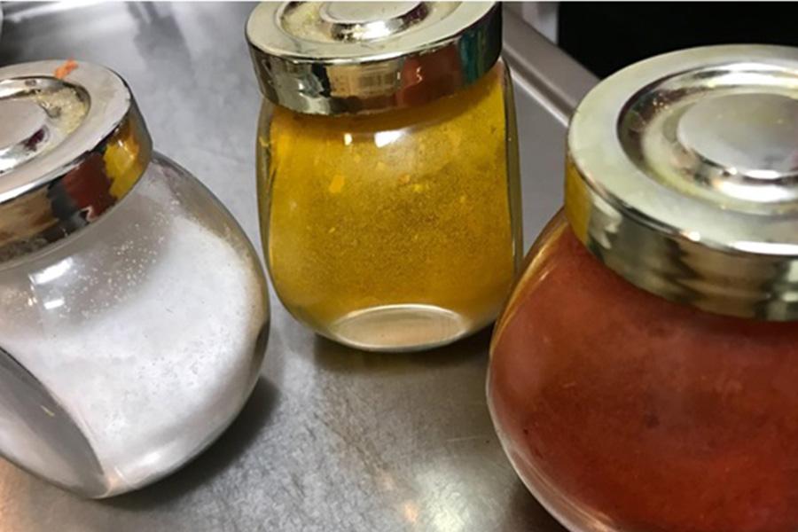 左から塩、ターメリック、チリパウダー。ほかにクミンをそろえればオッケー【写真:kumickey】