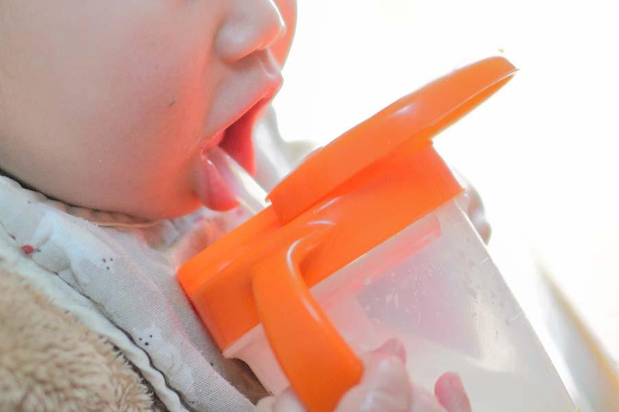 水分補給をする子ども(写真はイメージ)【写真:写真AC】