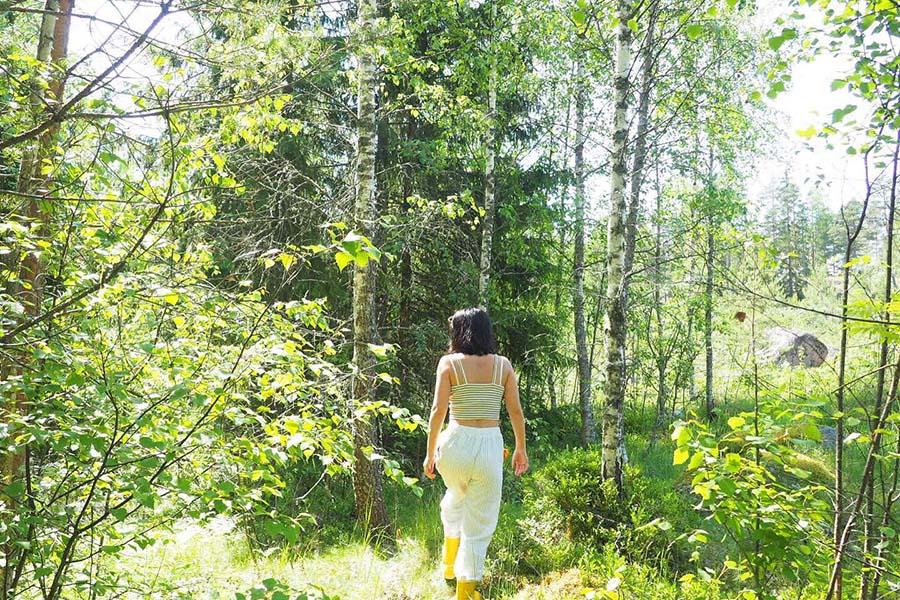 フィンランドの森を歩くminoriさん【写真提供:minori】