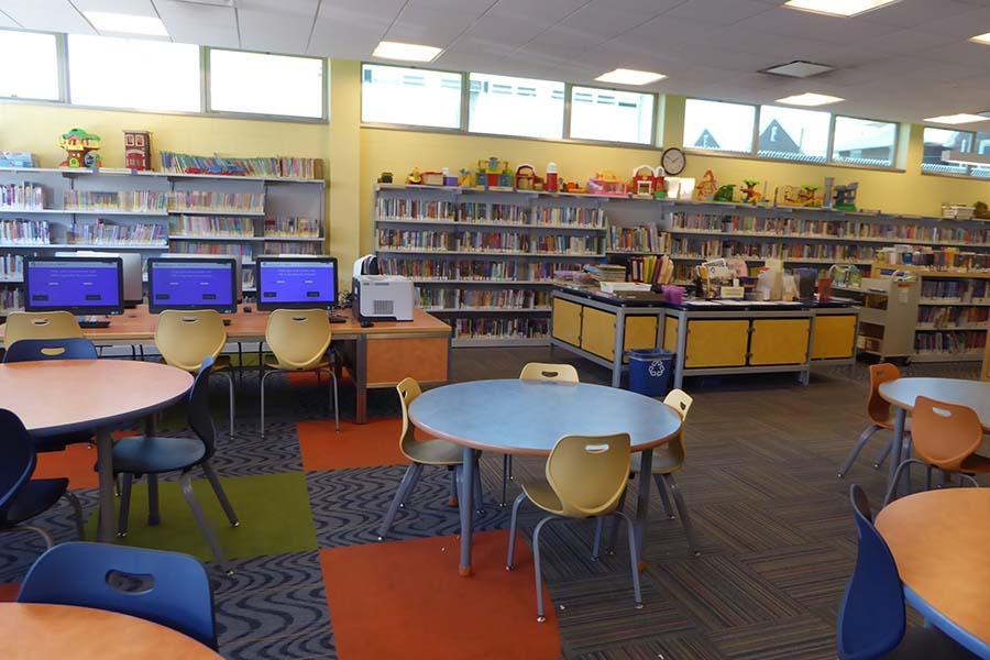 近くの図書館の様子。子どものためのスペースは、低めのテーブルや椅子、玩具などもある【写真提供:Kana Sugamori】