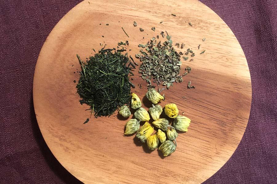 (右上から時計回り)ペパーミント、菊花、緑茶【写真:村上華子】
