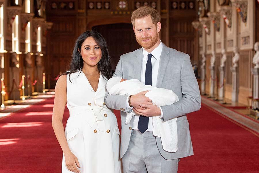 アーチーくんを抱くヘンリー王子、メーガン妃【写真提供:BANG SHOWBIZ】