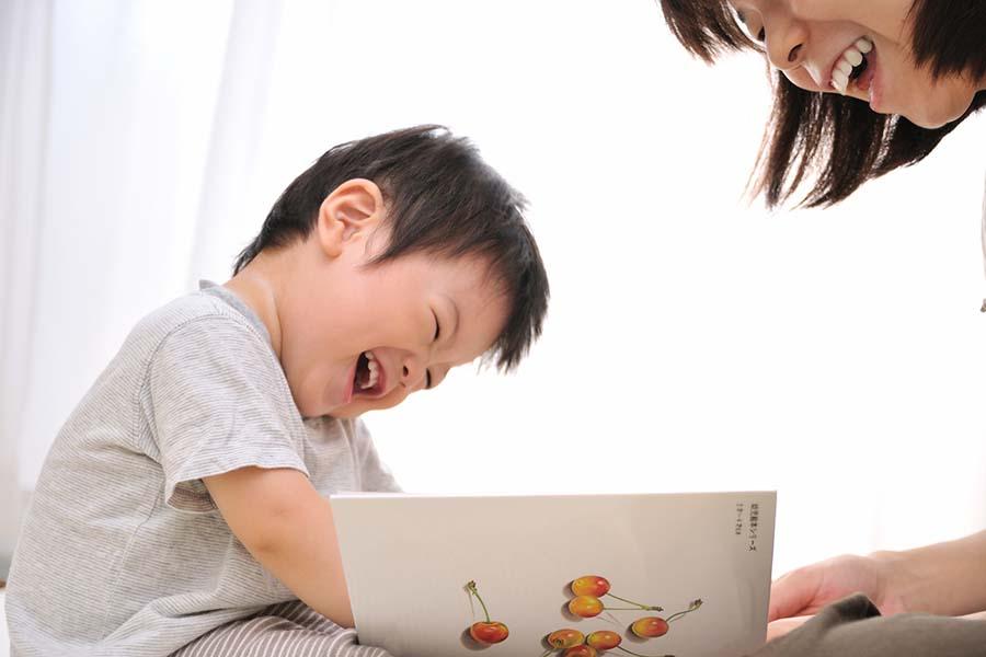 読み聞かせをする親子(写真はイメージです)【写真:.photolibrary】