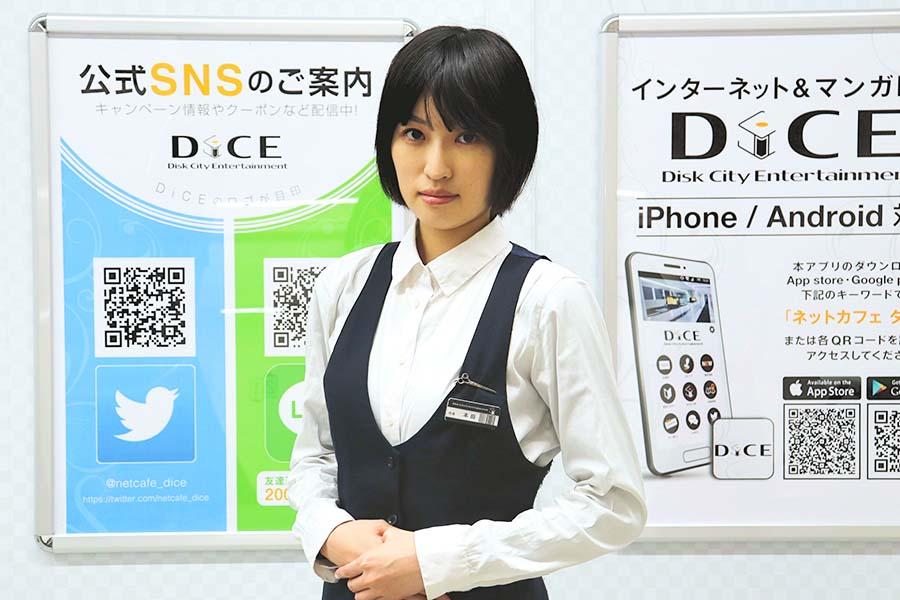 インターネットカフェDiCEで働く本田飛香さん【写真:Hint-Pot編集部】