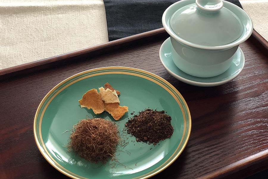 乾燥させたトウモロコシのひげを使った薬膳茶【写真:村上華子】